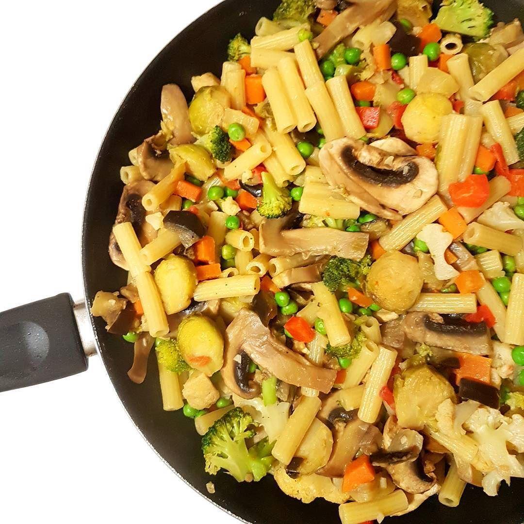 Para terminar bem o dia: massa com ervilhas e legumes uma delícia  É difícil errar com este prato! Desta vez usamos couves-de-bruxelas cogumelos cenouras tomates brócolos e beringela. Uma boa noite