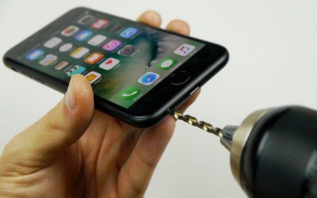 شاهد كيف حفر هذا اليوتوبر المشهور منفذ للسماعات في أيفون 7 الجديد باستعمال حفار كهربائي والطريقة اشتغلت Iphone Iphone 7 Iphone Hacks
