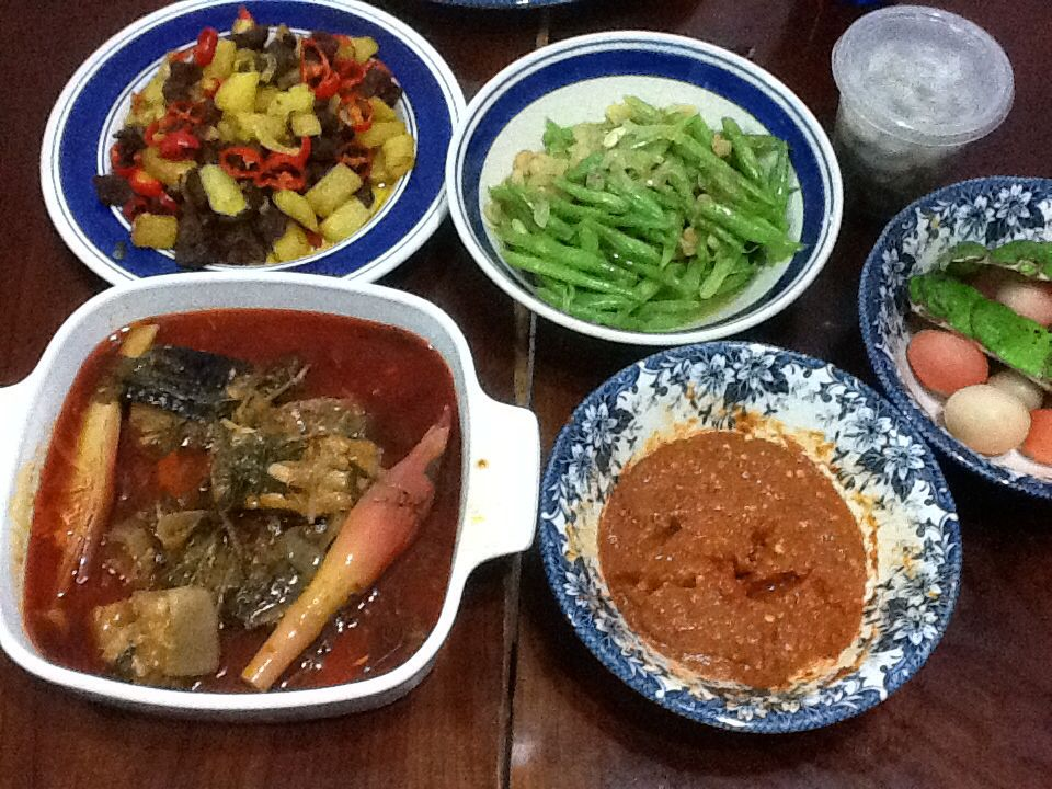 Typical malay dishes cooked for dinner, which includes asam pedas(bottom left) & sambal blacan ( bottom right)...a must on our dinner table