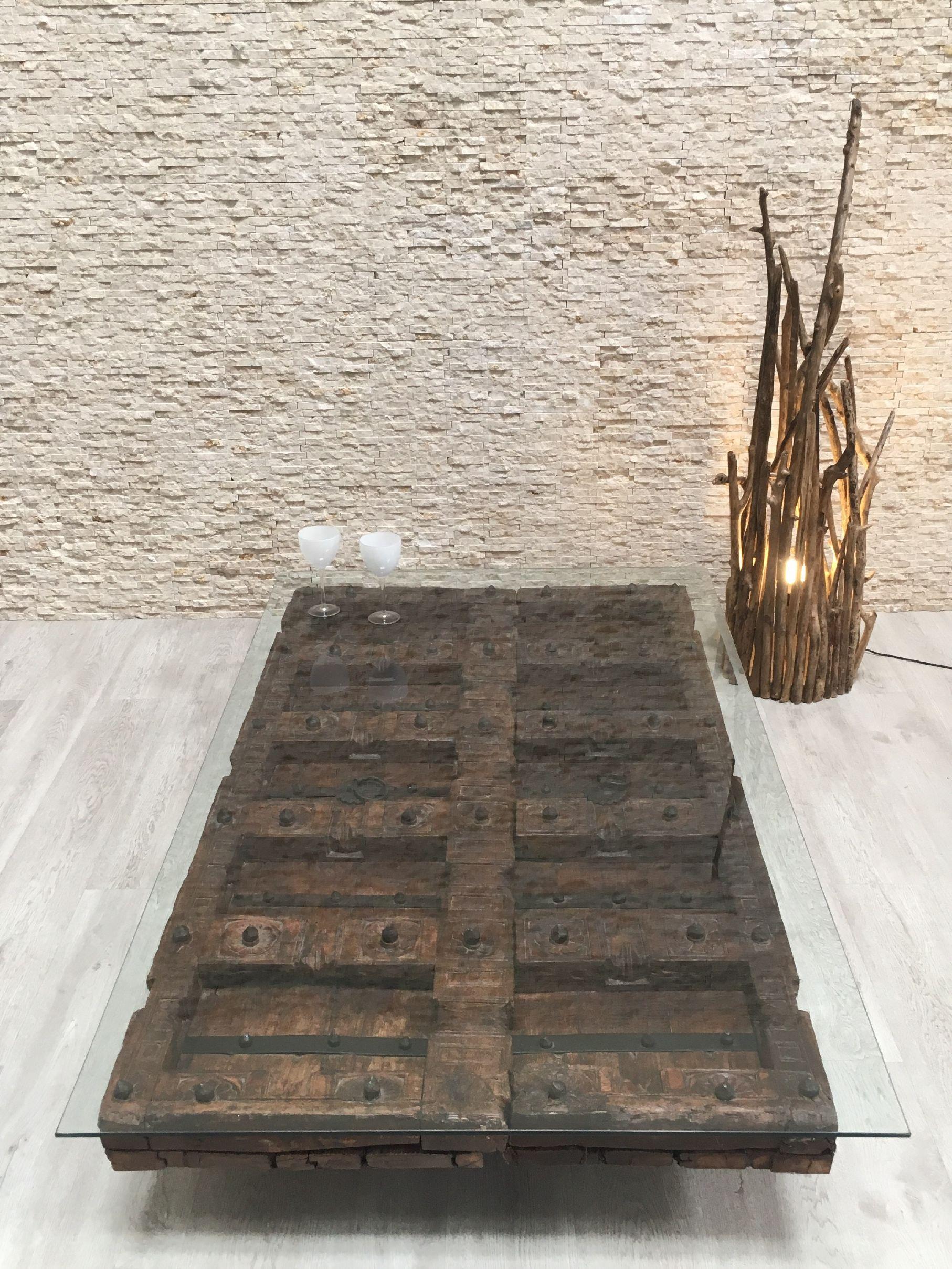 Mesa hecha con puertas antiguas y sobre de cristal for Mesas hechas con puertas antiguas