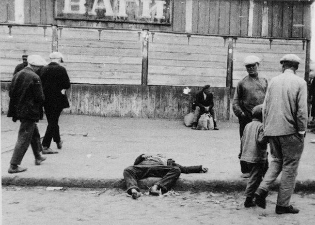"From 1935 publication 'Muss Russland Hungern?' [Must Russia Starve?], published by Wilhelm Braumüller, Wien [Vienna] depicted 1933 Kharkov German:""Die Anteilnahme schwindet."" English ""The sympathy shrinks!"""