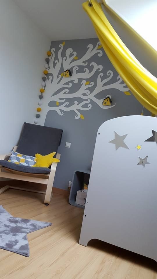 guirlande lumineuse dans une chambre d\'enfant jaune et grise. Avec ...