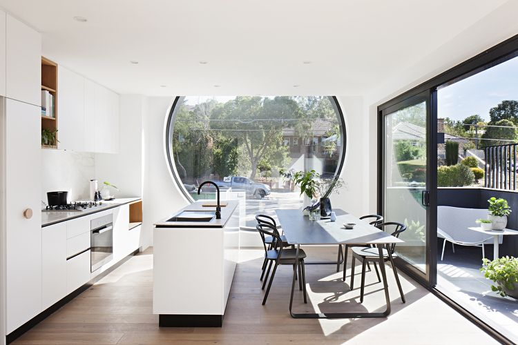 Rundes Fenster Wohnküche Weiß Schwarz Balkon Schiebetür #architektur  #architecture #windows