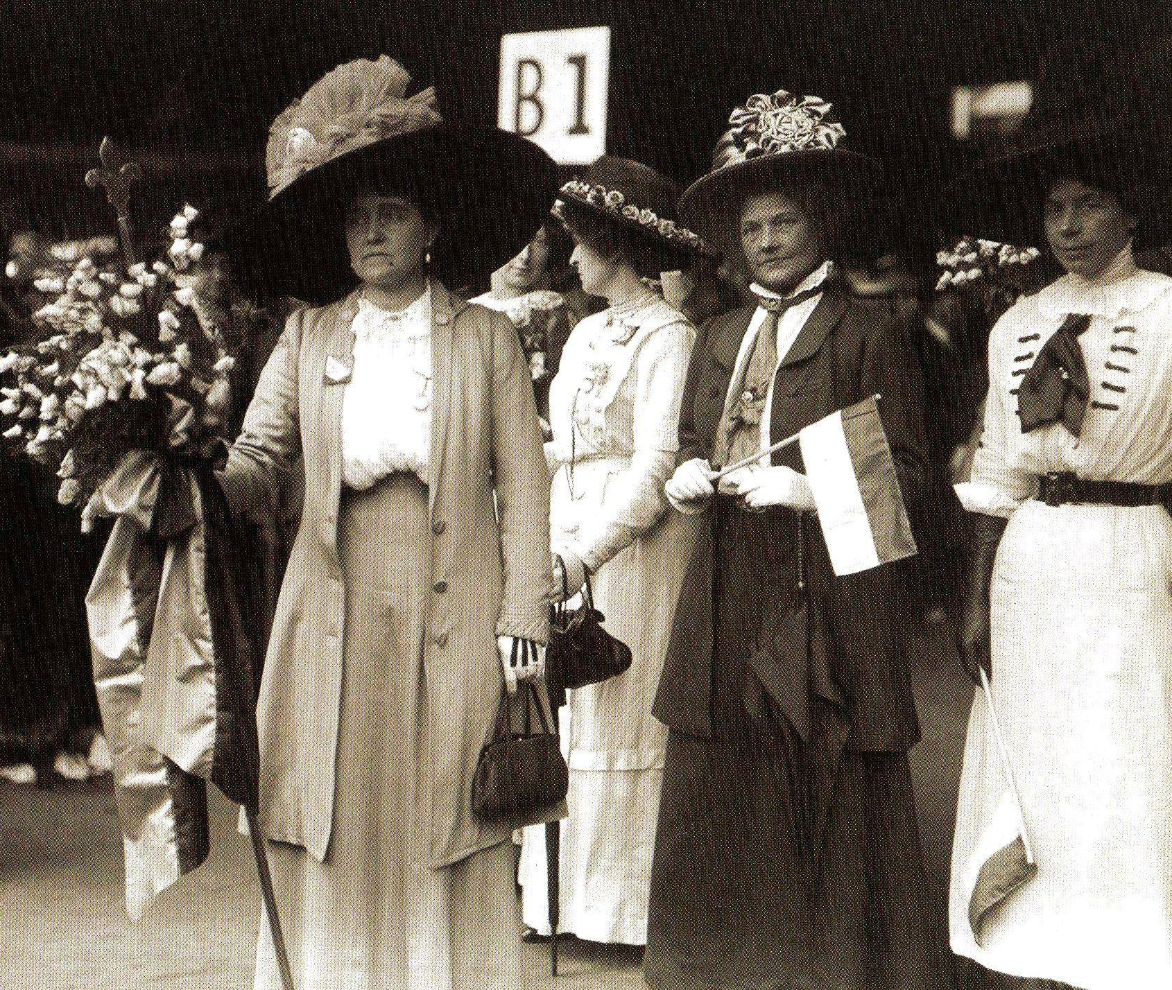 Actress Eva Moore L In A Suffragette Procession Uk 1908 Suffragette Brave Women Great Women [ 1428 x 1690 Pixel ]
