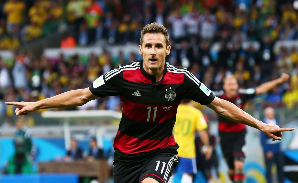 Miroslav Klose Becomes The All Time Leading Goal Scorer In World Cup History After Scoring In Germany S 7 1 Rout Of Bra Miroslav Klose World Cup Ronaldo Record