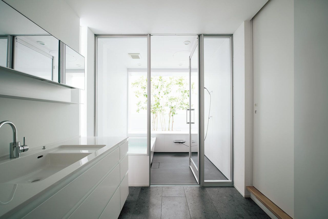 脱衣室と浴室をガラス戸によって仕切ることで 一体の空間として感じ