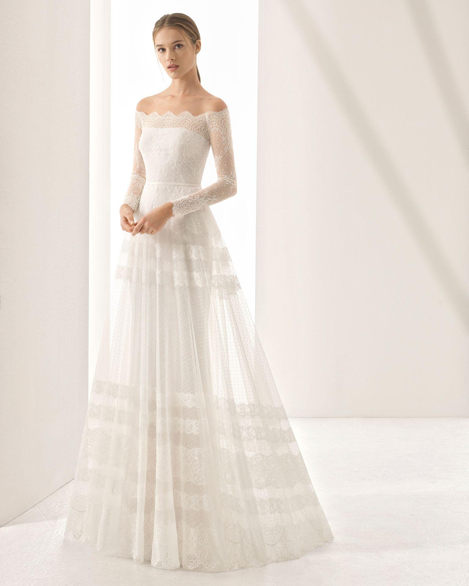 39ebc0313 Vestido de novia estilo boho de encaje y tul plumeti con escote envolvente  y aplicaciones de encaje. Colección 2018 Rosa Clará Couture.