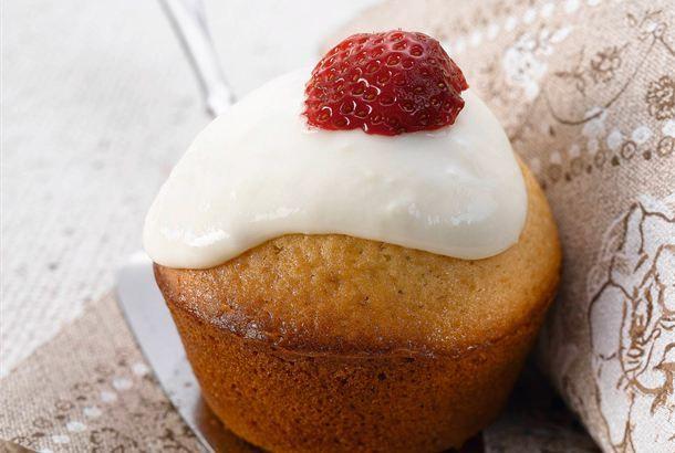 Muffinssit ✦ Muffinssit valmistuvat nopeasti ja ovat tuoreina meheviä tarjottavia lapsille ja aikuisille. Lisää muffinsseihin sitruunainen rahkasydän makeaksi yllätyksesi vieraillesi. http://www.valio.fi/reseptit/muffinssit/