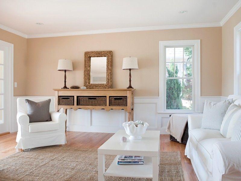 Pfirsich-Wandfarbe und weiße Decke im Wohnzimmer im Landhausstil
