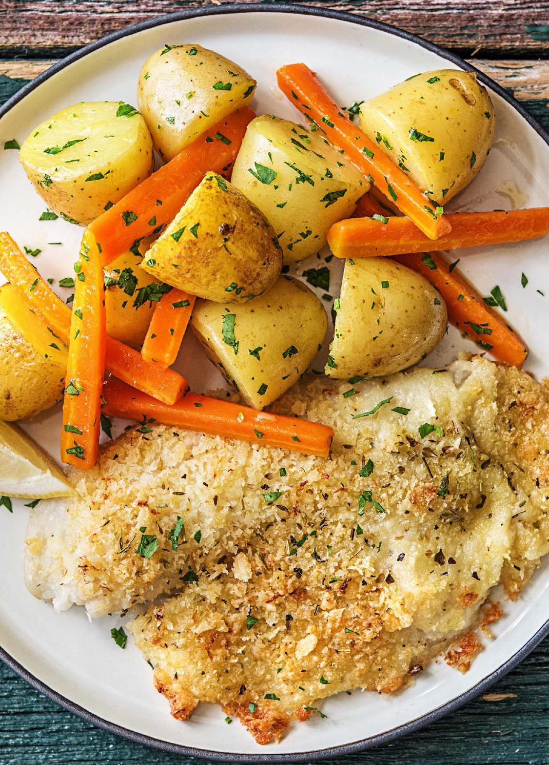 Photo of Parmesan-verkrusteter Fisch mit Kräuterkartoffeln und Karotten