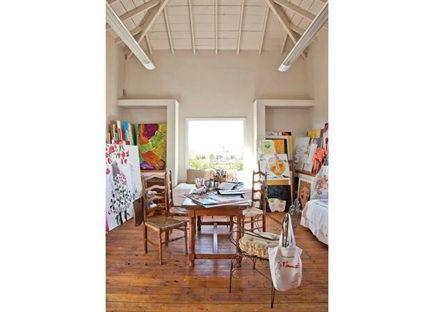 Una casa para disfrutar con todos los sentidos  El taller de Pía fue un espacio muy conversado, porque todo taller de pintura tiene requerimientos específicos para su iluminación..
