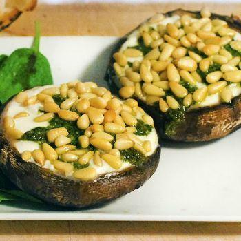 Portobello met mozzarella, biologische groene pesto en pijnboompitten uit de oven