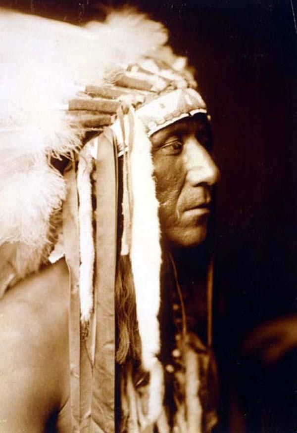 Pretty Paint // Edward S. Curtis. 1905 Crow man, head-and-shoulders portrait, facing right.