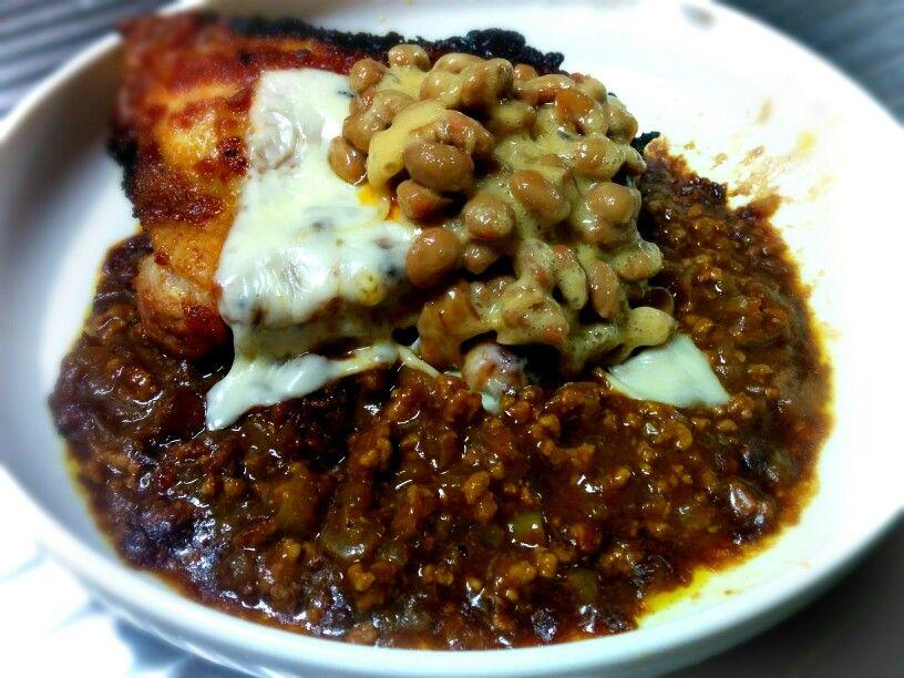 タンドリーチキン風のもも肉とチーズと納豆とキーマカレー