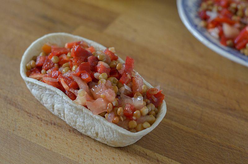 Deliciosa receta vegetariana para preparar barquitas de lentejas frías con vegetales crudos. Rico, rápido y fácil. Veganismo y cocina vegetariana.