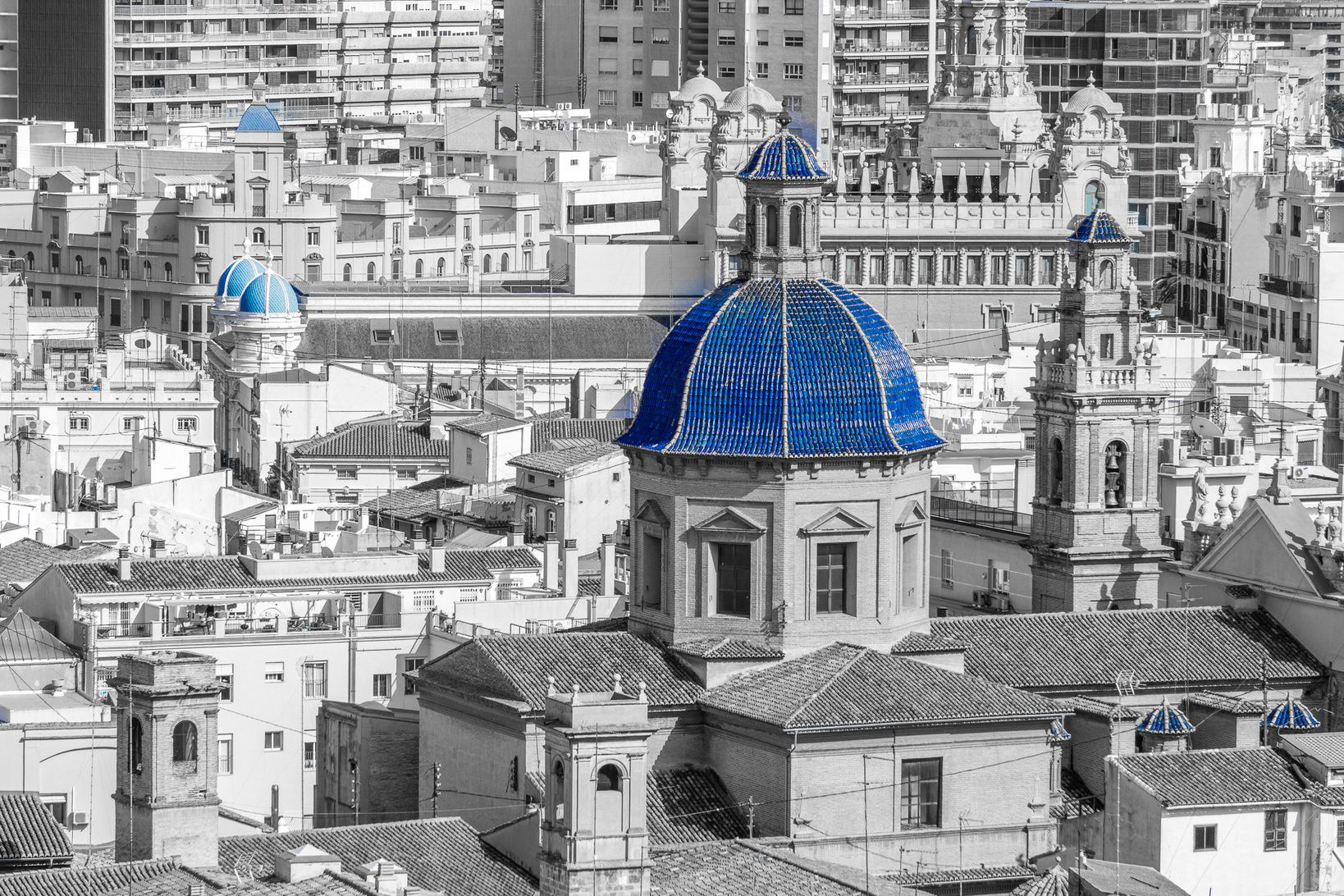 Valencia Spain  #Valencia #Spain #ArchitecturePhotography #Architecture #ArchitectureLovers #ig_valencia #insta_bw #monochrome #sonyalpha #Sony #SonyImages #sonya6000 #igtravel #igworldclub #instamoments #instapassport #instatravel #postcardfromtheworld #theglobewanderer #traveladdict #travelgram #TopValenciaPhoto #selectivecolor