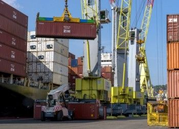 Spinelli Mobili ~ Spinelli s.r.l. puts a terex gottwald g hmk 8610 in the port of