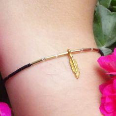 Bracelet plume / fantaisie doré / miyuki delicas noir / elastique