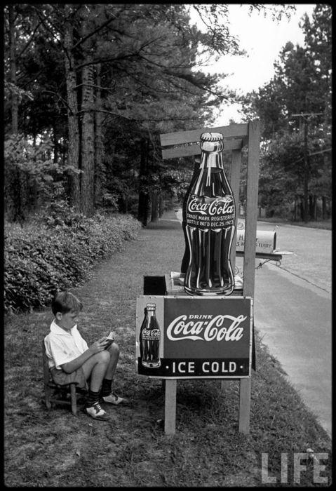 Boy sells Coca-Cola in Atlanta, Georgia photographed by Alfred Eisenstaedt (1936)