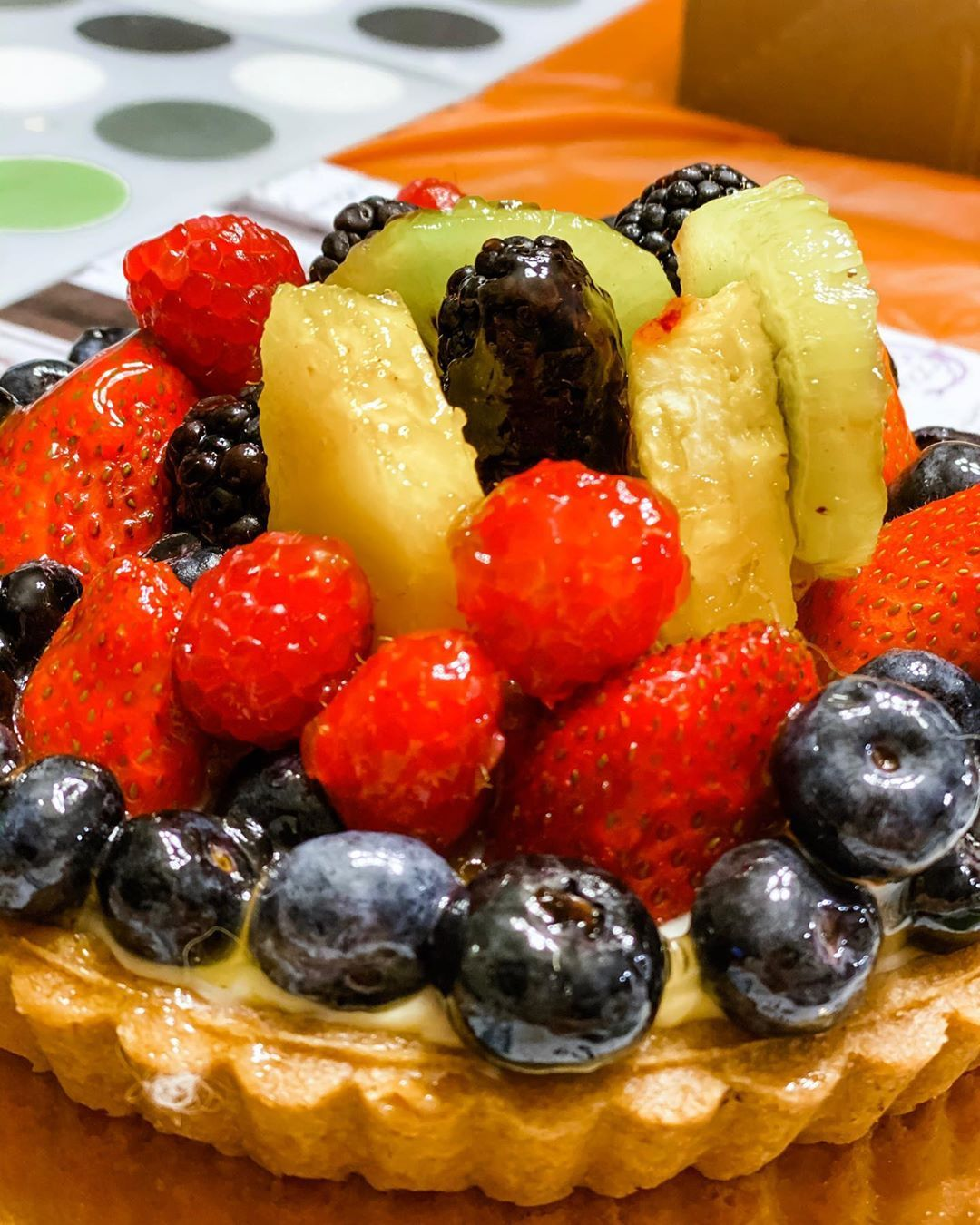Can we swoon over this @wholefoods fruit tart? Everything from this tart is to die for, from the crust, the filling as well as the fresh fruits! It has the right amount of sweetness, minimum glaze over their fruits and so Instagram worthy!!
