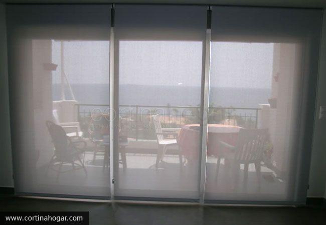 Puedes ver desde dentro, pero no te ven desde fuera. Ventanal triple cubierto con enrollables para que nuestro cliente no pierda su perspectiva del mar.