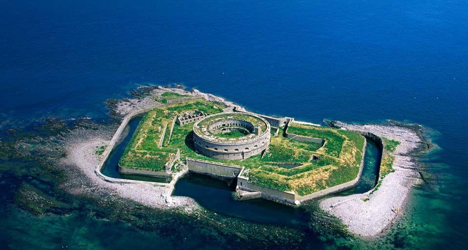 Installations Militaires De L Ile Du Large Dans L Archipel Saint Marcouf Departement De La Manche Basse Normandie Archipelago Places To Go Places To Travel
