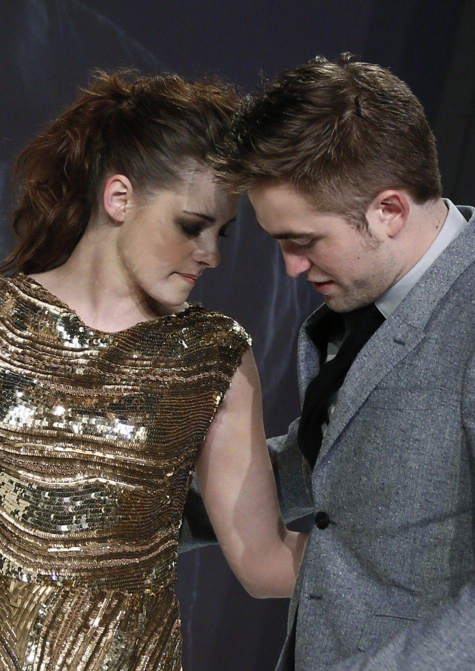 Robert Pattinson Kristen Stewart Smoking Together; Is The Nasty Habit .