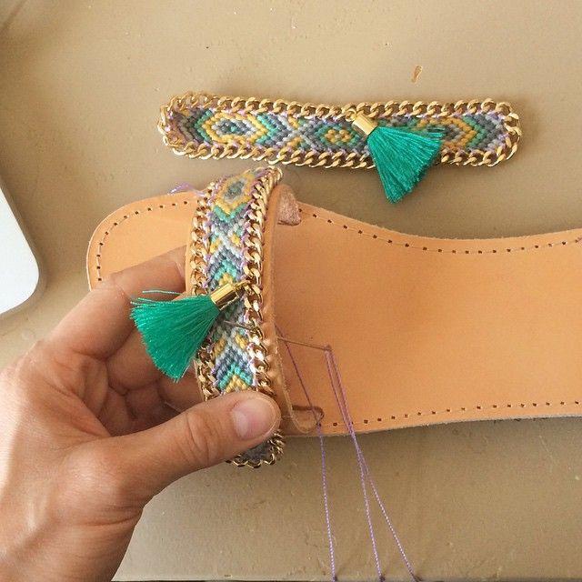 También puedes reutilizar tus antiguas pulseras para decorar tus sandalias. Necesitarás lo siguiente: