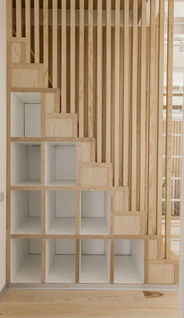 l'espace sous l'escalier est aussi maximisé avec étagères bois