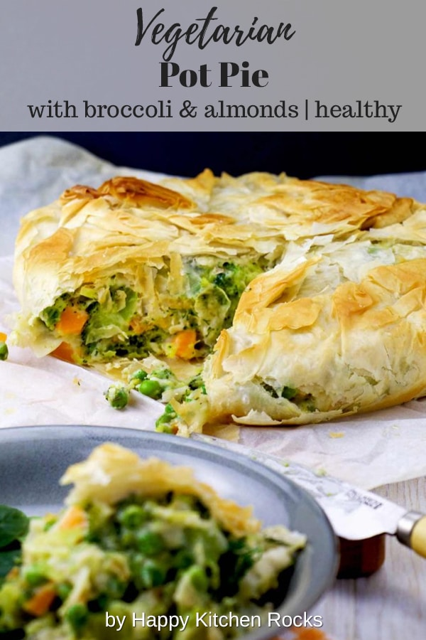This broccoli vegetarian pot pie is a healthy variation of chicken pot pie, without the meat of course. Broccoli and almonds replace the chicken in this easy vegetarian recipe. This pot pie is filled with colourful veggies, smooth béchamel with a nutty flair, enveloped in a flaky filo crust. Perfect for Easter brunch! | happykitchen.rocks