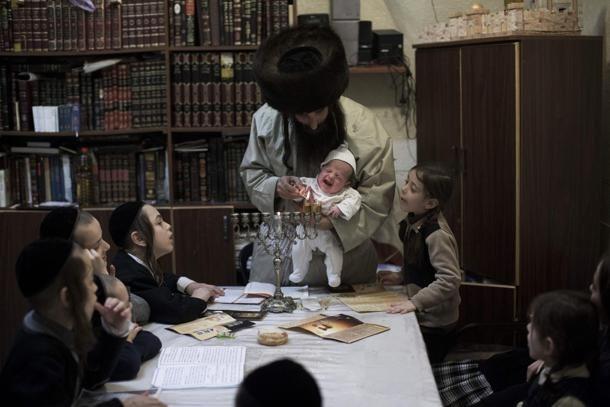 Ebrei ortodossi festeggiano #Hanukkah a #Gerusalemme | Dal Mondo