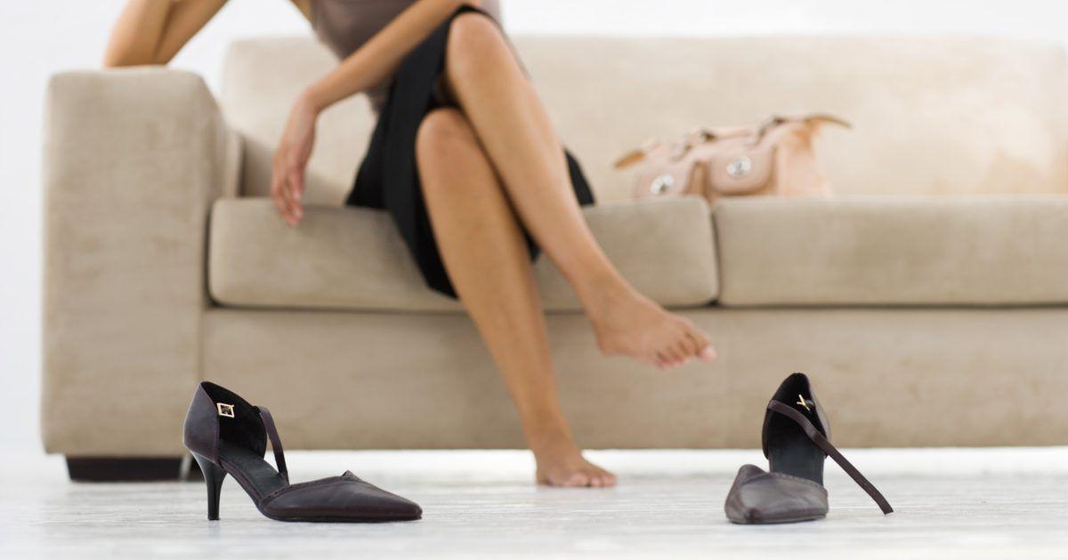 Como tratar bolhas de água. Embora a maioria das vezes elas não sejam dolorosas, as bolhas de água podem ser um grande inconveniente. Elas podem impedi-lo de fazer atividades que você gosta ou de usar um bonito par de sapatos. Então, para se livrar rapidamente delas, siga estes passos para tratá-las corretamente.