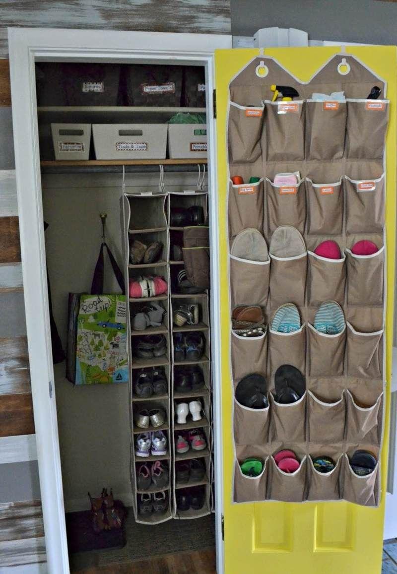 Für die Schuhe können Sie Taschen an einer Schranktür aufhängen ...