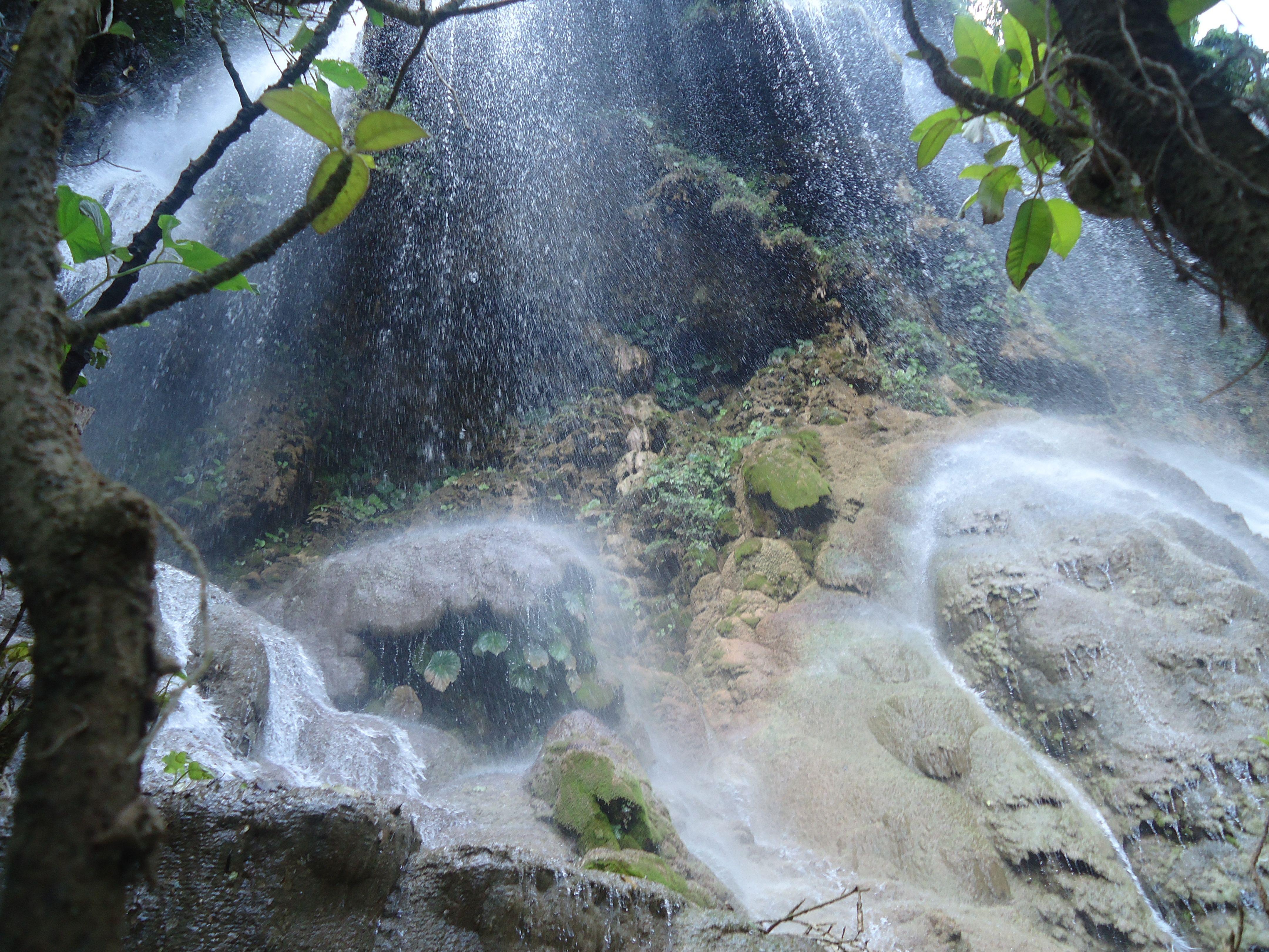 vista de la caída de agua en El Aguacero
