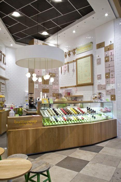 Buttercup Cake Shop Di London Modern Elegan Dan Nyaman Display Dibuat Mempermudah Orang Untuk Me Cake Shop Design Cake Shop Interior Cafe Design