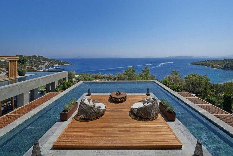 piscine moderne avec terrasse intégrée en bois et meubles ...