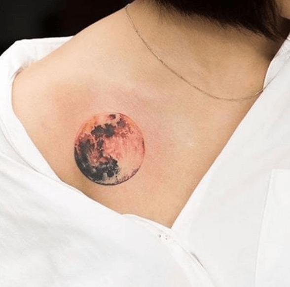 tatouage lune réaliste clavicule | tattoos/piercings | pinterest