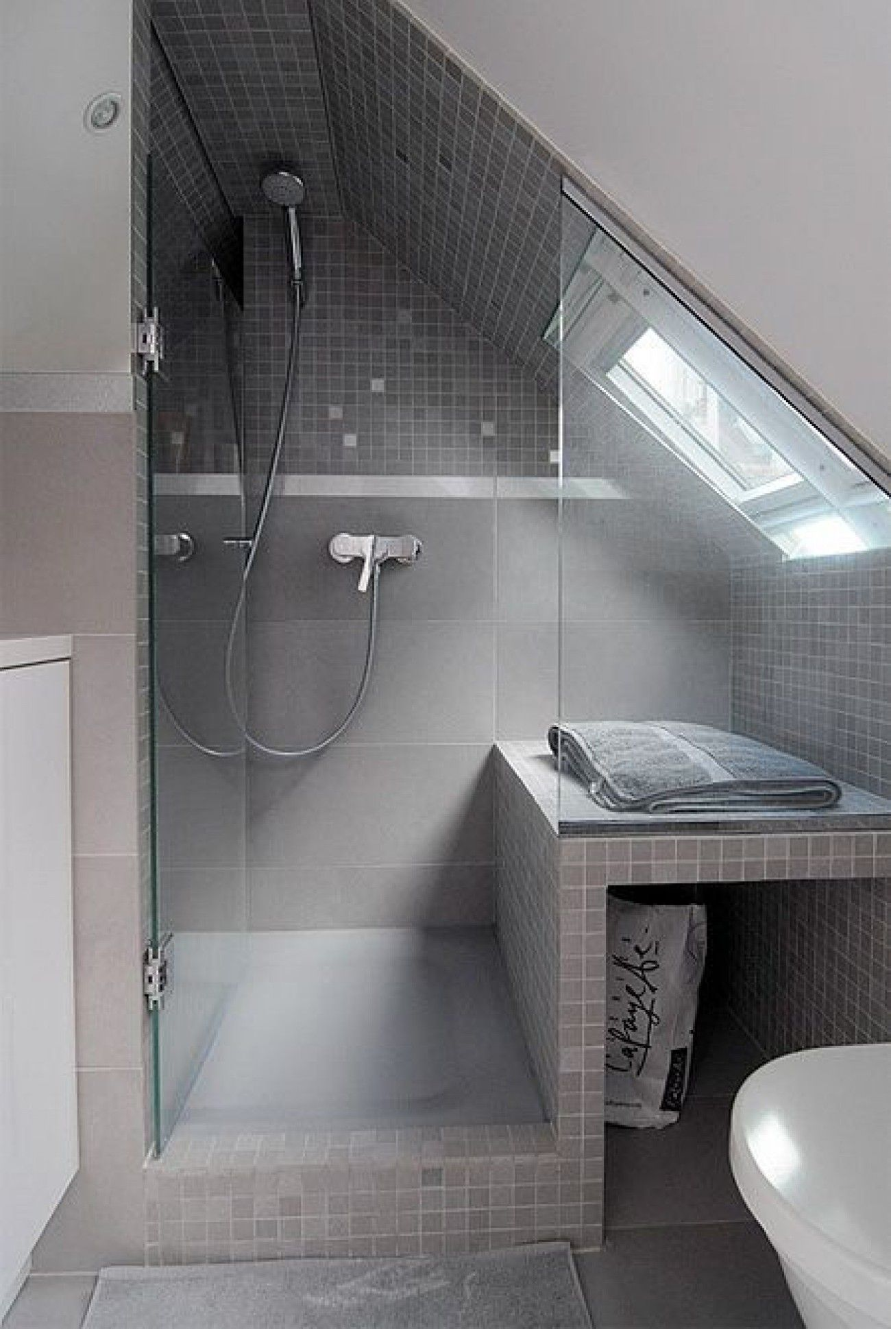Klasse Einteilung für ein kleines Badezimmer mit Dachschräge ...