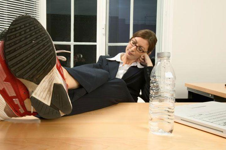 Quand tu es seul au bureau tu peux mettre tes pieds sur le bureau