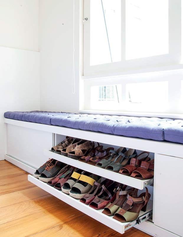 Zapatos y banco bajo ventana | Minipisos | Pinterest | Bancos ...