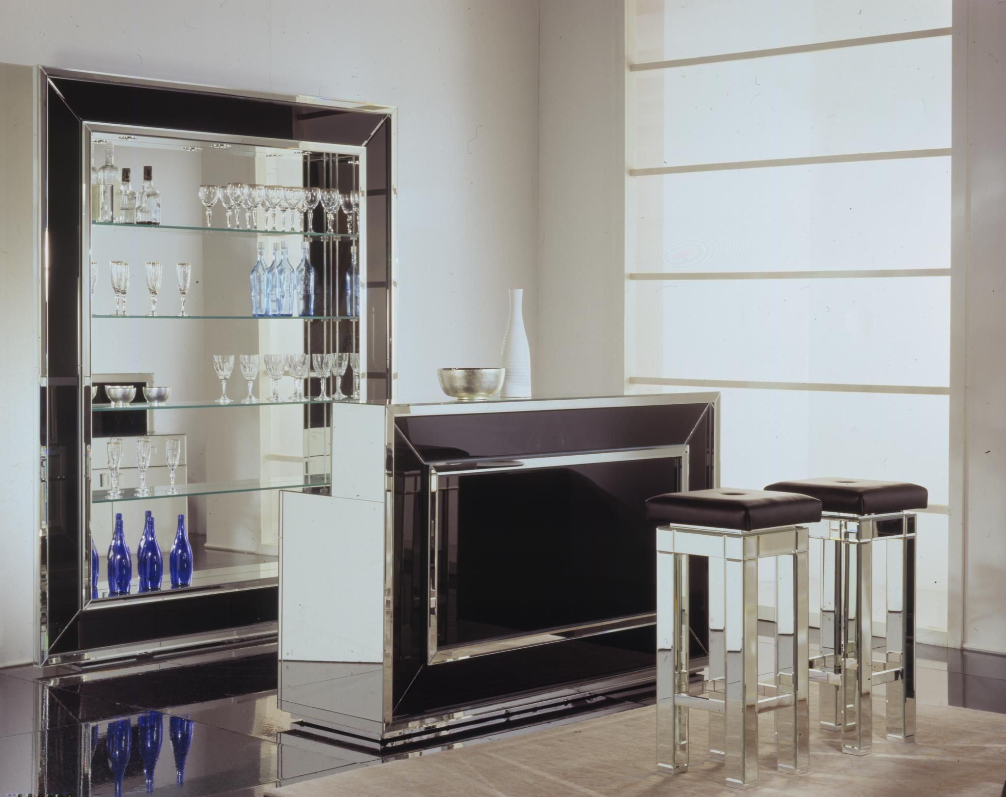 Home bars home bar venetian luxury glass home bar for Black modern decor