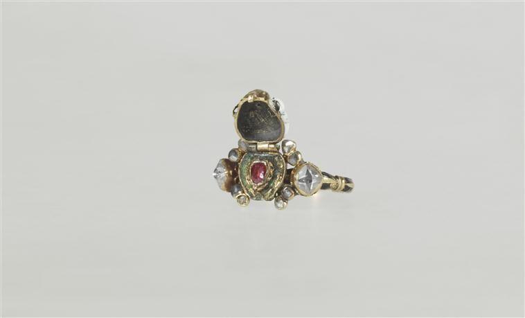 Bague ouvrante, Chaton en forme de tête de mort. Diamant, émail sur ronde=bosse, or, rubis. 17e siècle.