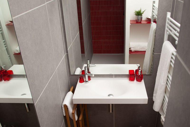 salle-bain-rouge-gris-1157239.jpg | Déco | Pinterest