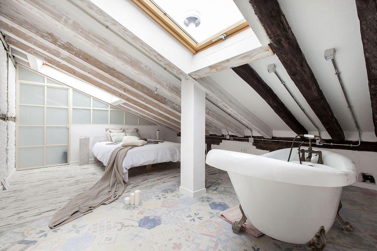 Vasca Da Bagno Sotto Finestra : Un granaio diventa un attico per due relax in mansarda