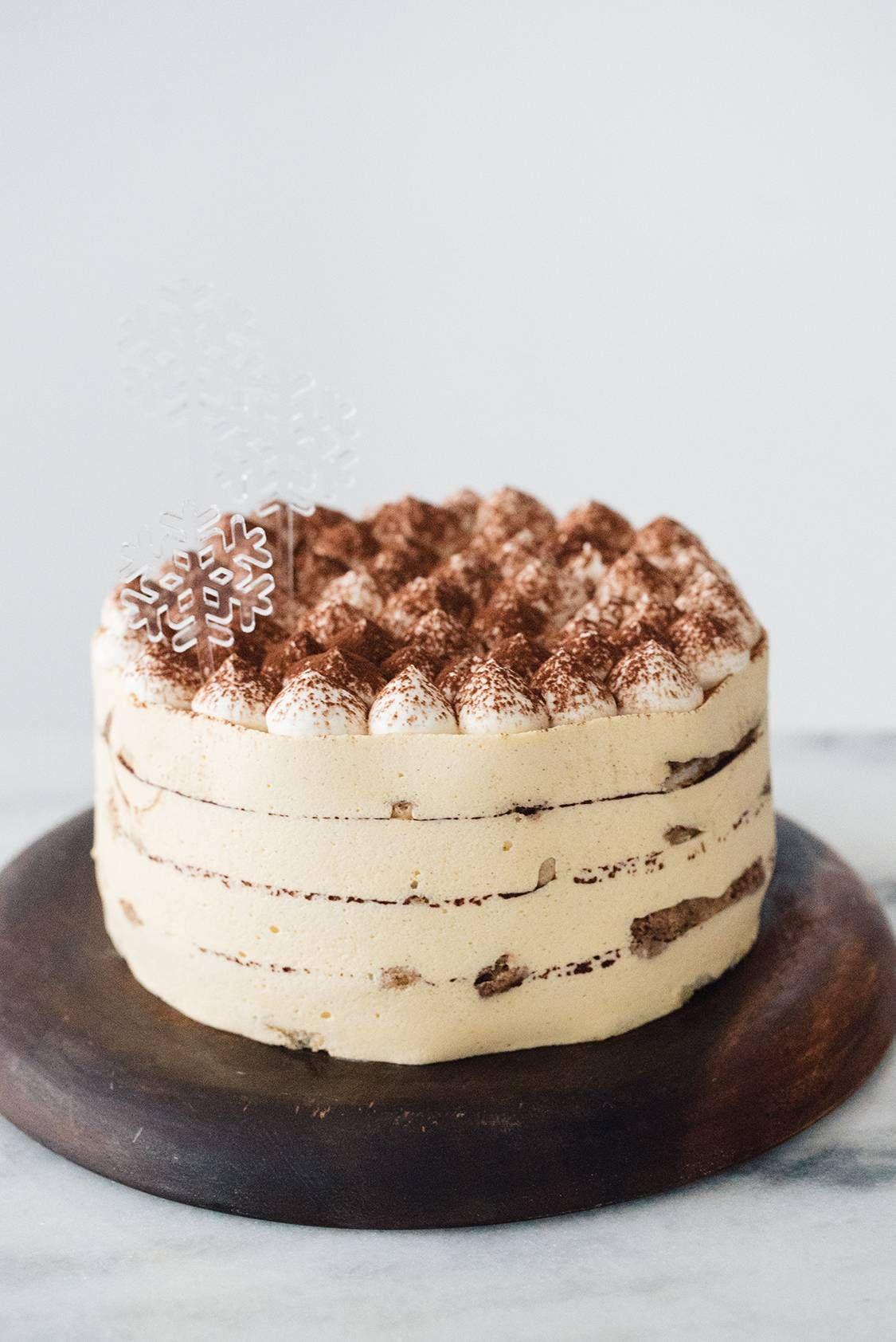 Tiramisù é a sobremesa preferida de muita gente, mas eu tenho praticamente certeza que você nunca provou a versão bolo dessa maravilha! Na verdade, esse é aquele substituto perfeito para o pavê clássico...
