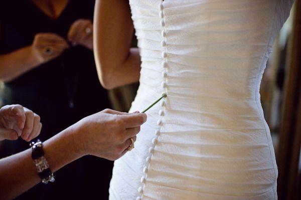 Como abrochar botones vestido novia