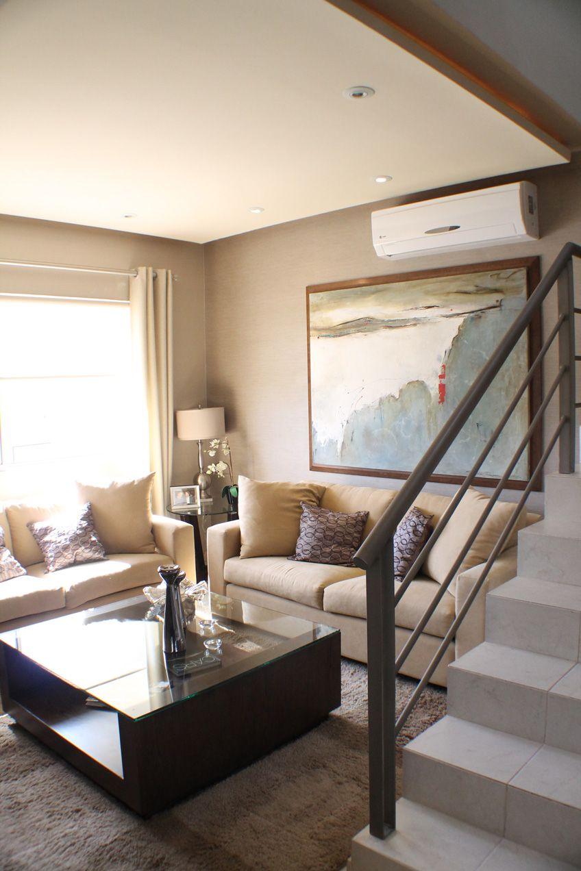 Peque a sala junto a escalera con un incre ble dise o para for Diseno de interiores para casas pequenas