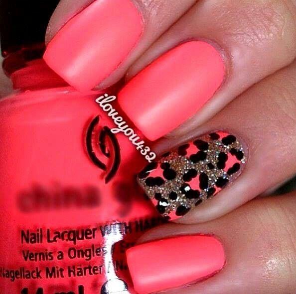 Uñas en naranja neon, una de ellas decorada con un diseños de animal ...