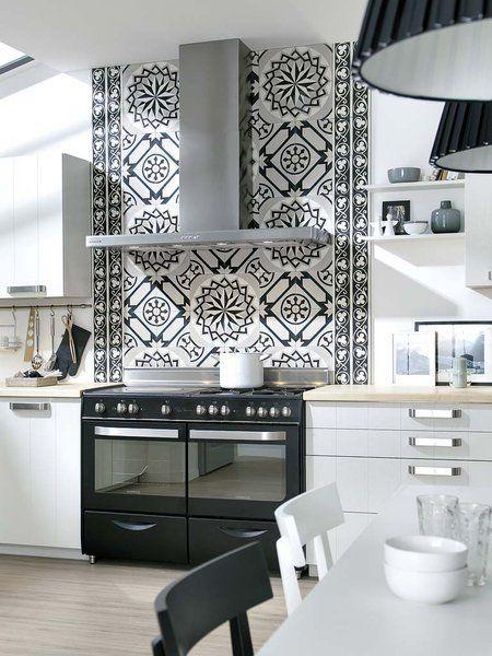 Una cocina en blanco y negro baldosa cocinas y cocinas for Baldosas vinilicas cocina