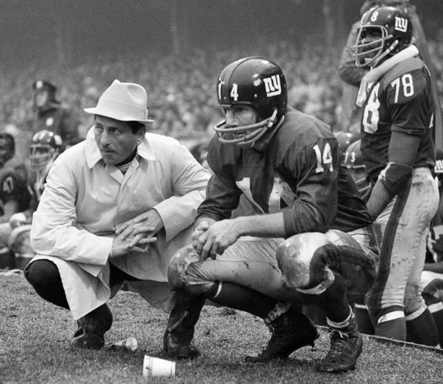 New York Giants' head coach Alie Sherman with QB Y. A. Tittle (1960).